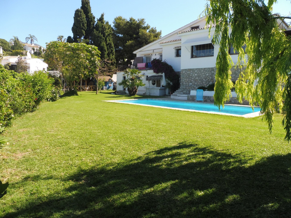 A spacious 5 bedrooms detached villa featuring: Ground Floor accommodation:- A lounge/dining room wi,Spain