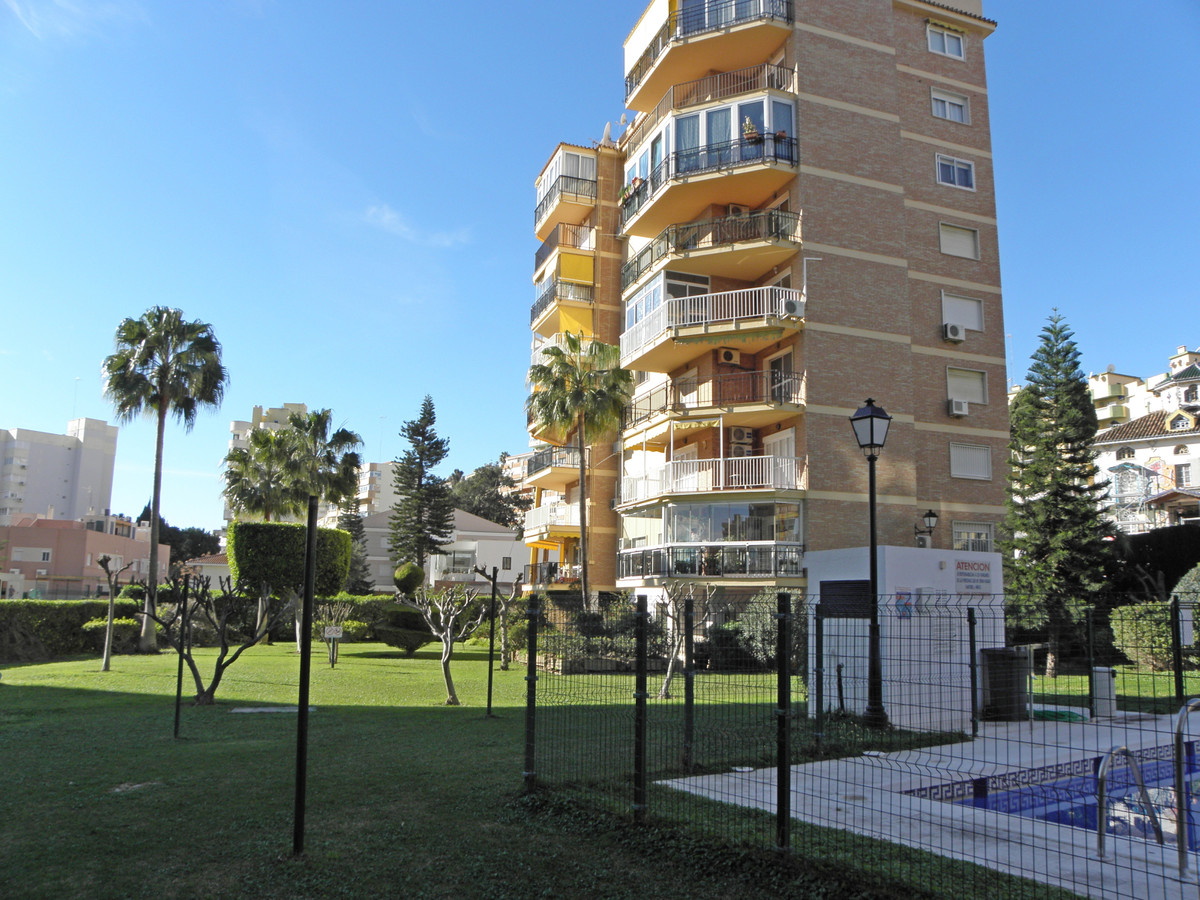 Spacious 3 bedroom apartment in bajondillo - TO REFORM AND NEGOTIABLE PRICE, you enter and find your,Spain