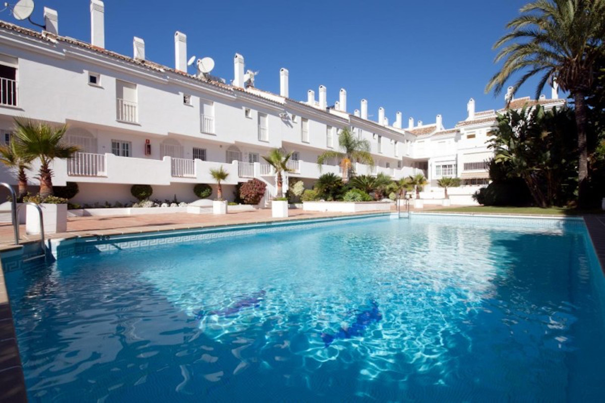 Beautiful and spacious triplex penthouse located in a closed urbanization in Nueva Andalucia, next t, Spain