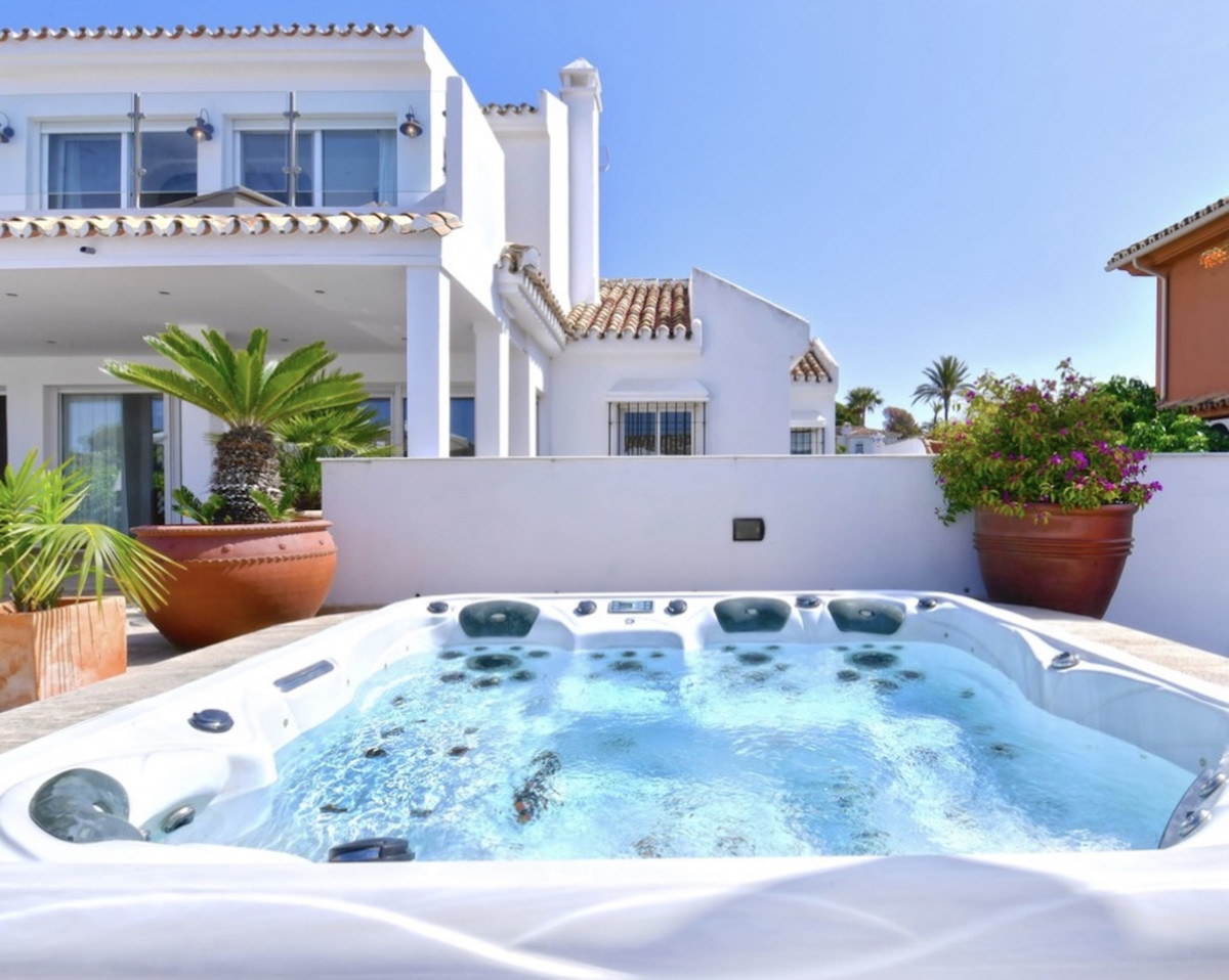 6 bedroom villa for sale las chapas