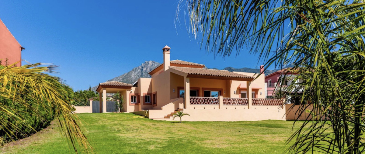 Fantastic villa in El Mirador urbanization, Marbella with a unique enclave. It has a plot of 1. 156 , Spain