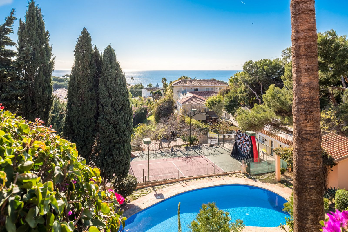 Beautiful Villa in perfect condition, located in luxury residential urbanization a few minutes from ,Spain
