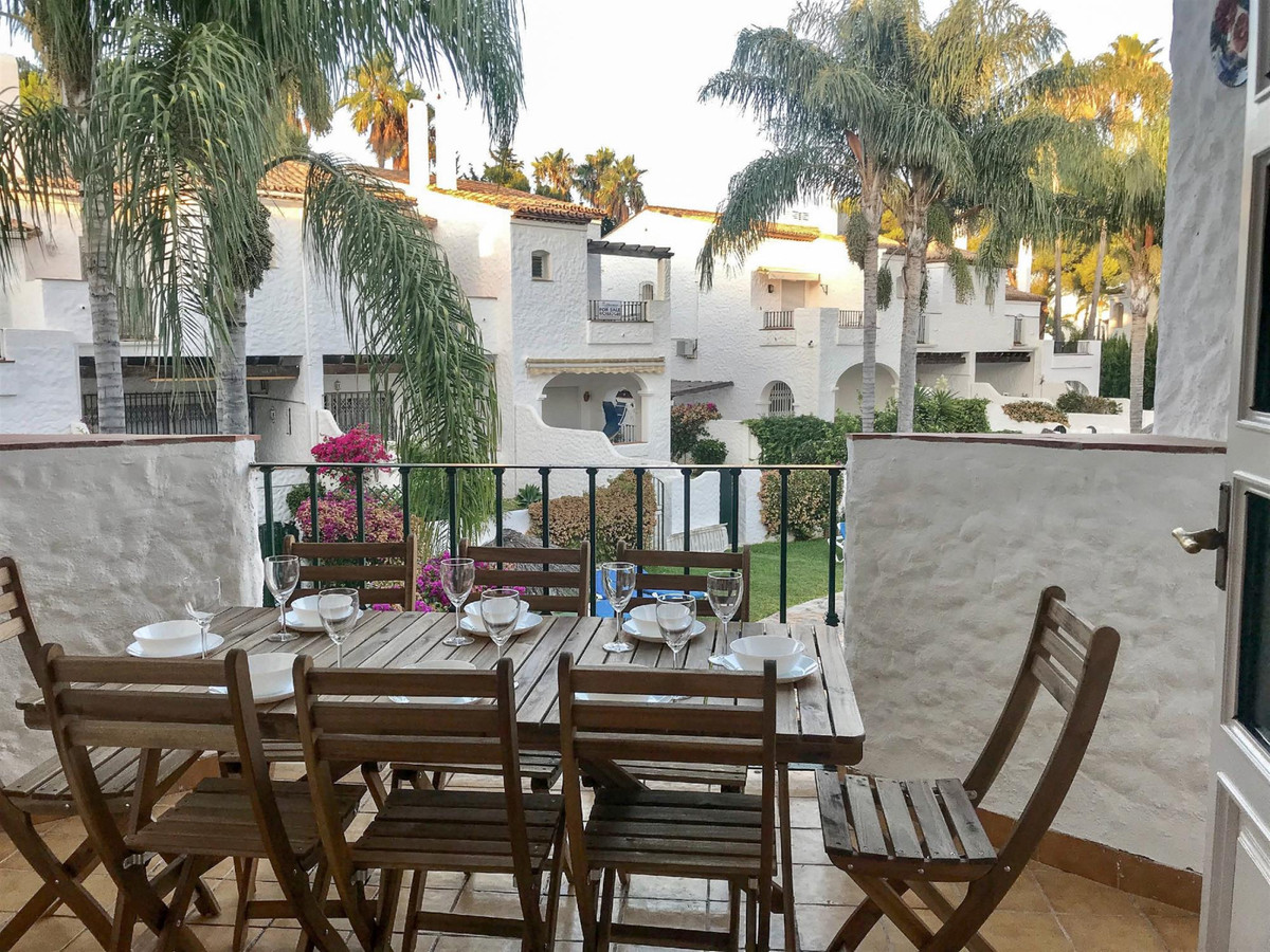 This attractive, renovated apartment is located in a very safe, quiet and beautiful complex within e, Spain