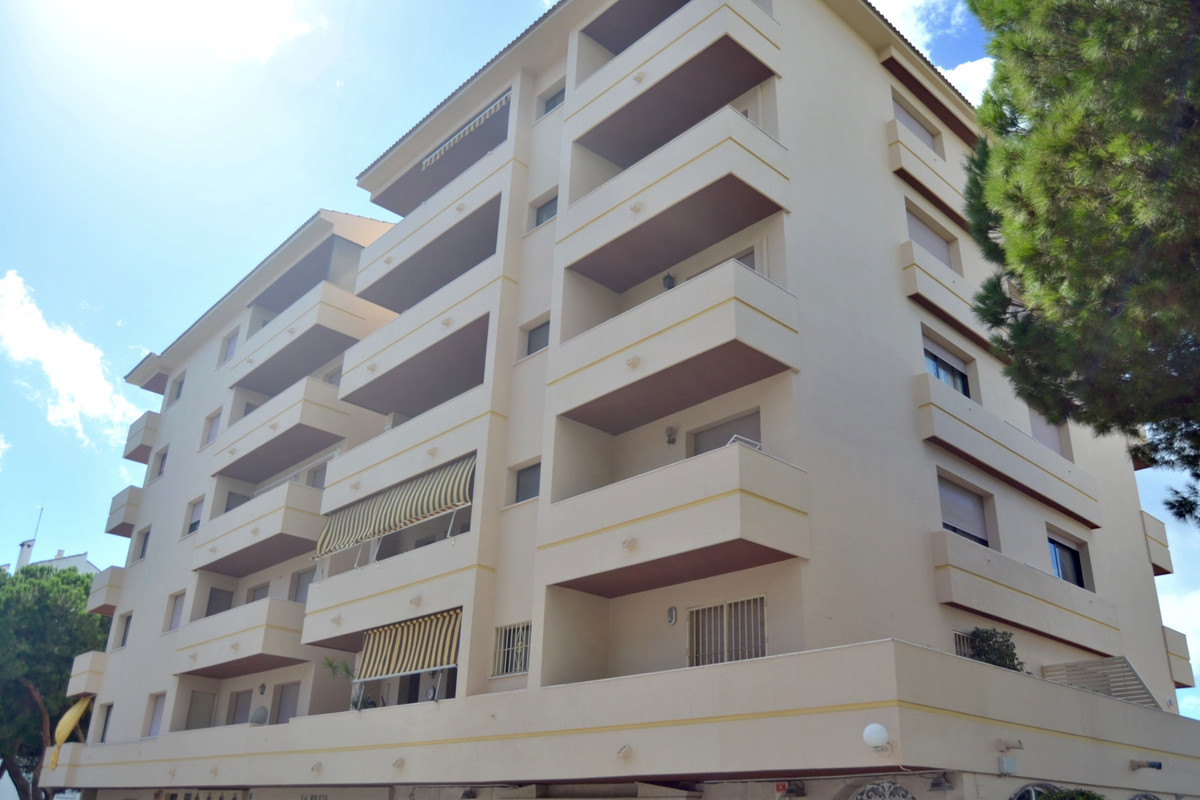 Location, location, location!!!  This 2 bedroom apartment is located in the heart of Nueva Andalucia,Spain