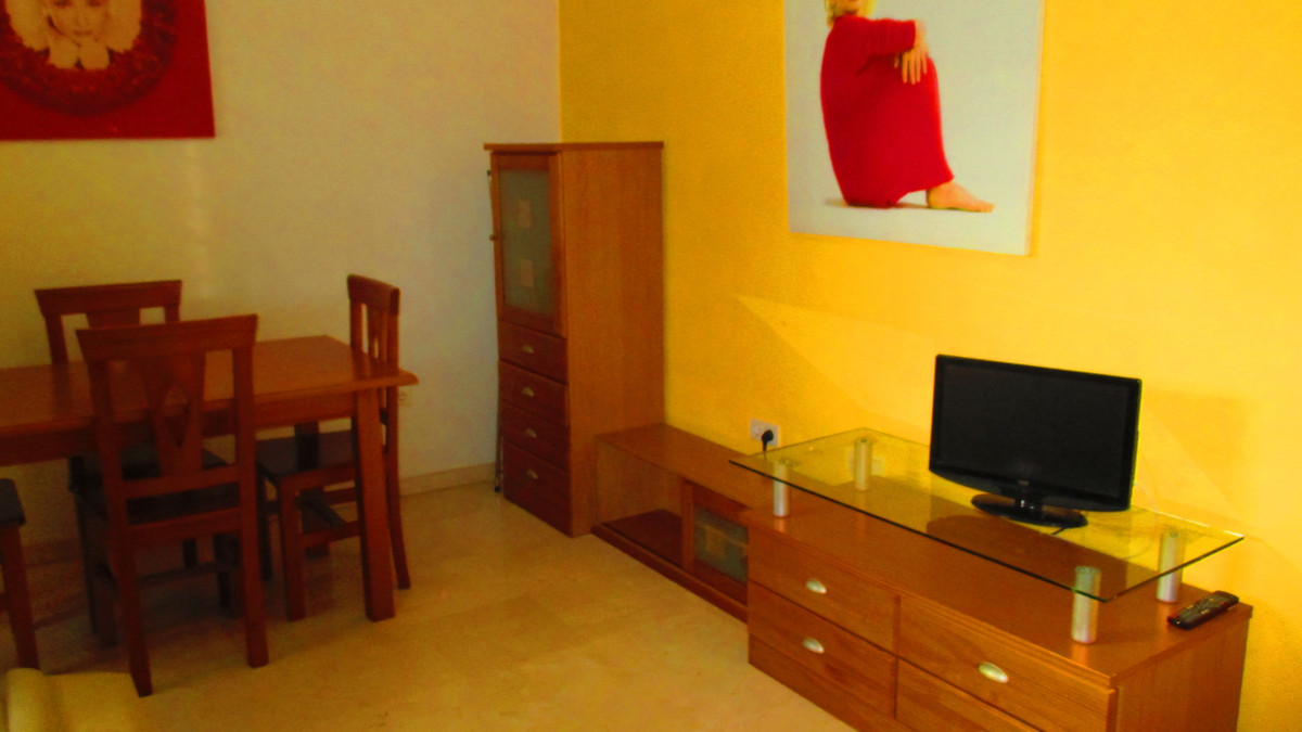 Modern 1 bedroom apartment in excellent condition. Located in Torrequebrada on the outskirts of Bena,Spain