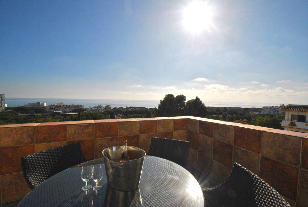 An enormous apartment in lower Calahonda presented in show home condition, ready to move into.  The ,Spain