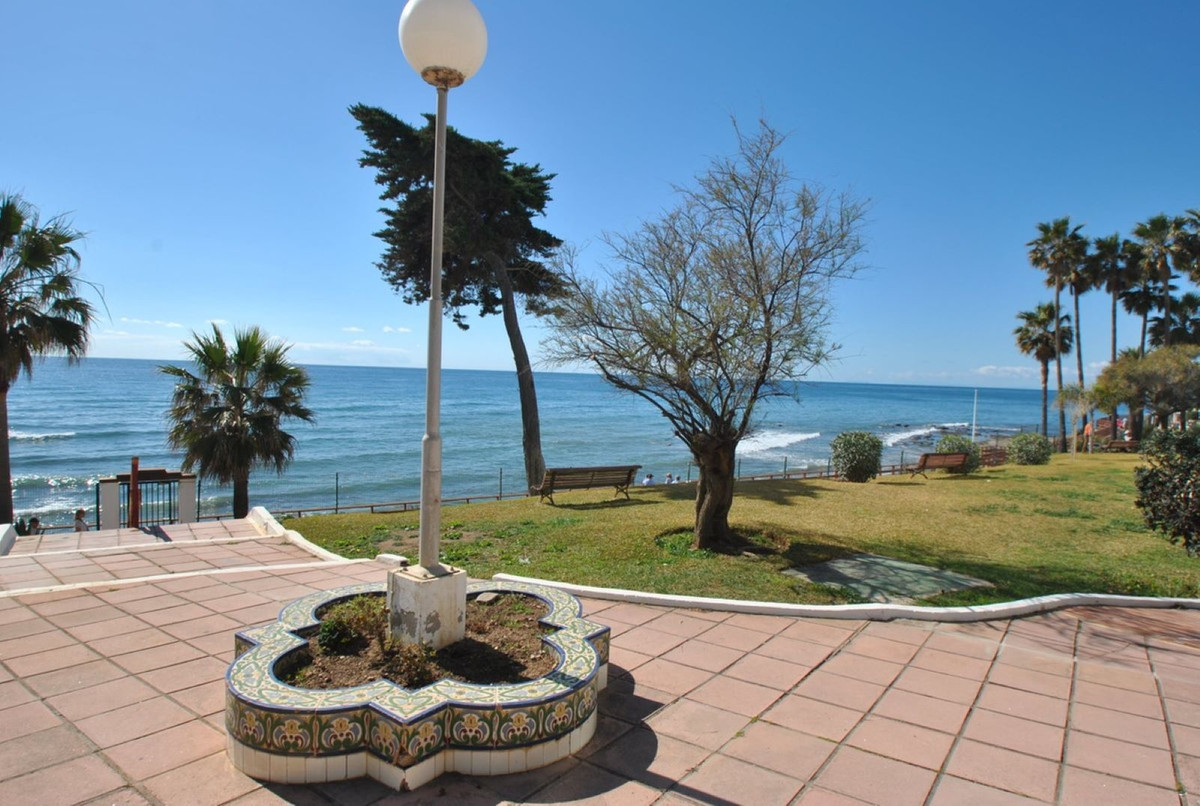 A fantastic studio apartment in a front line beach development in Calahonda.  This large studio apar, Spain