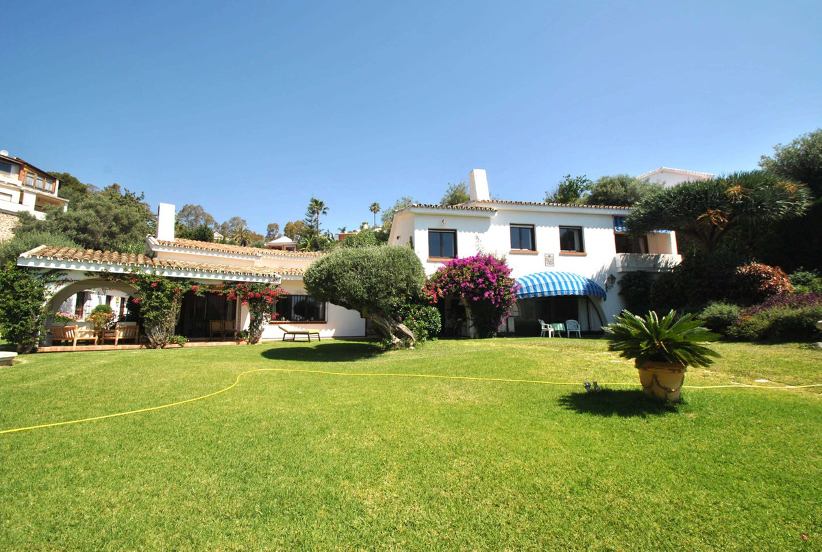A stunning Andalusian style villa on a huge double plot of 1981m2 in the popular area of Torremuelle, Spain