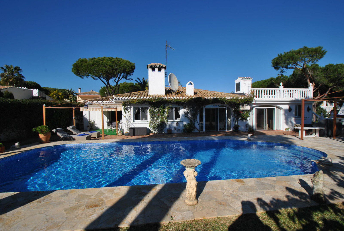 A very large three bedroom villa built all on one level in a fabulous location in lower Calahonda, j,Spain