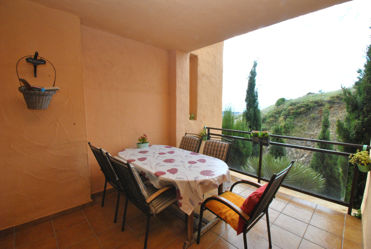 A large three bedroom apartment in the popular area of Calanova golf, just a 4 minute drive to the b,Spain
