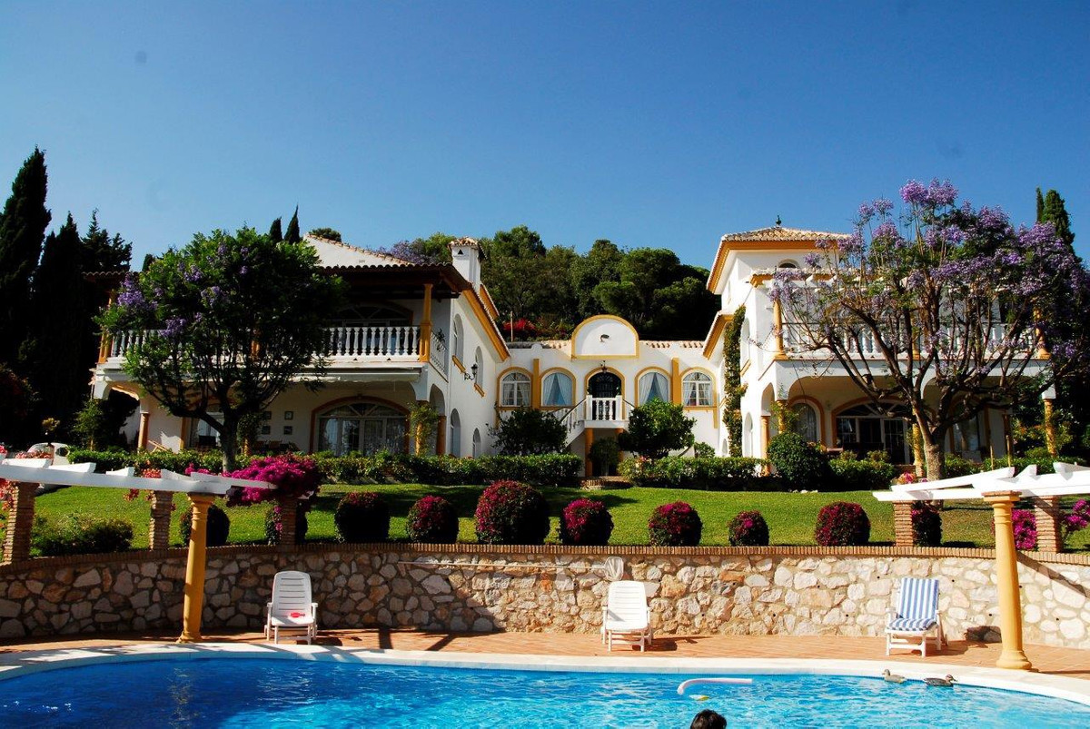 This truly magnificent villa has been built in a colonial style on a huge 5000m2 plot. Built in the , Spain