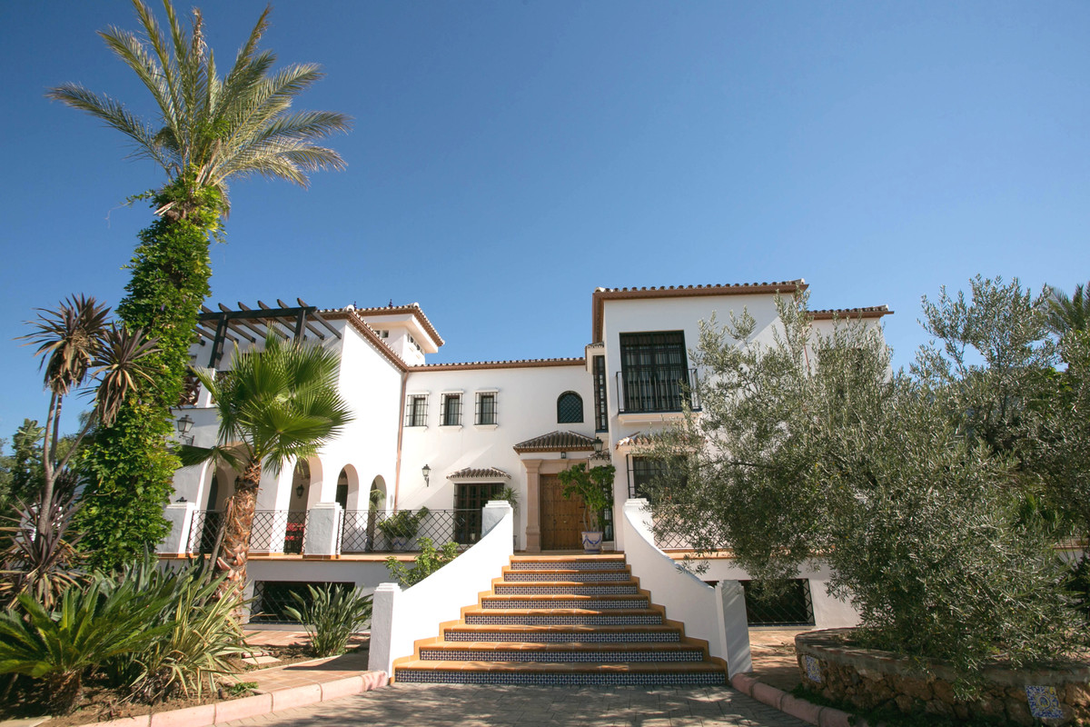 Located just 5 minutes from the well known Lauro Golf course and just 9 minutes from the town centre,Spain