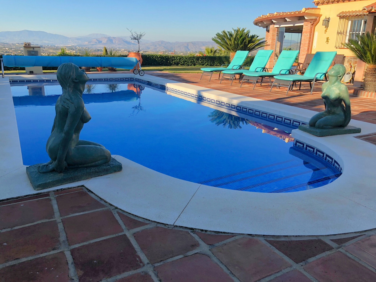 RESERVED This stunning country property is located 5 minutes' drive from the outskirts of Alhaurin e,Spain