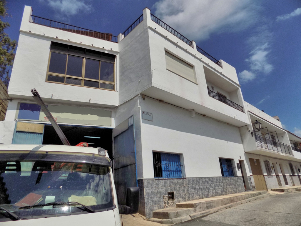 This lovely large townhouse with a large 175m2 workshop underneath is located in a quiet street in C, Spain