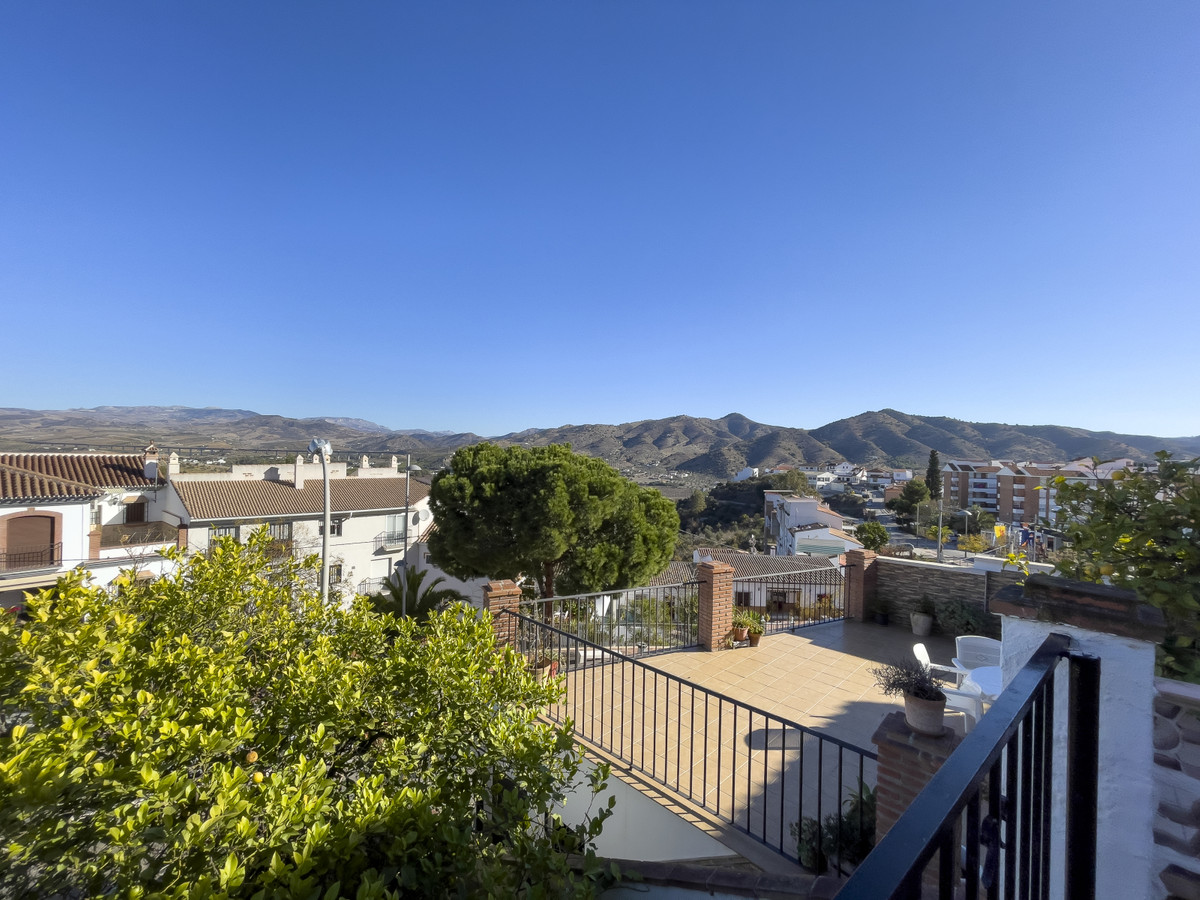 Located just on the entrance Alora, this townhouse is in good condition and has a little garden area, Spain