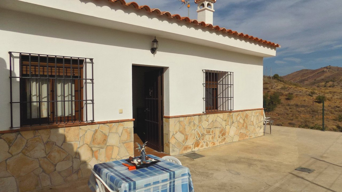 This delightful property is located a few kilometres outside the village of Pizarra in the pretty va, Spain