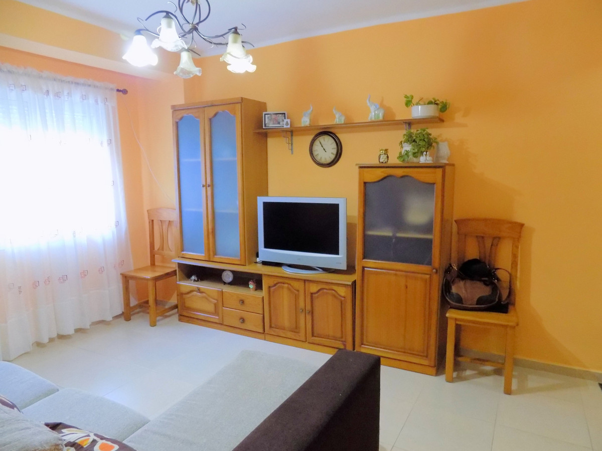 Located in the centre of Coin with all amenities close by, this lovely little ground floor apartment, Spain