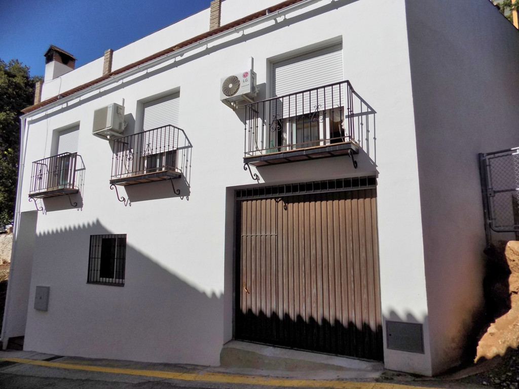 This lovely townhouse is situated in the whitewashed mountain village of Ojen which is only 8.5 kilo,Spain