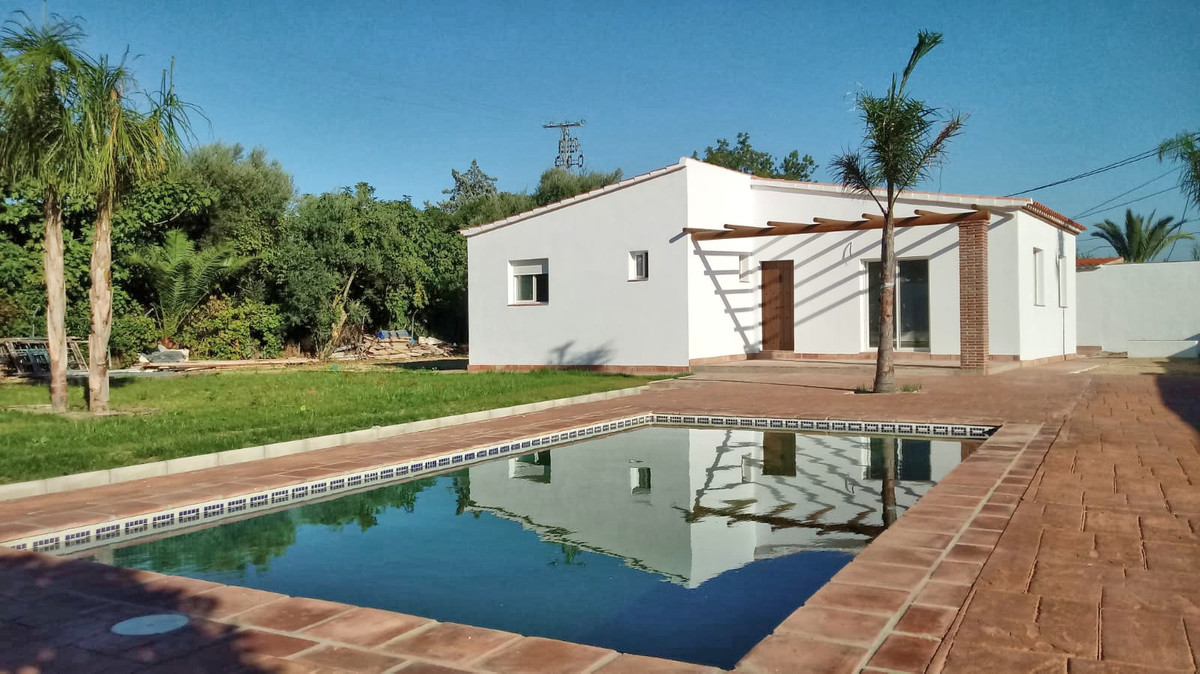This completely renovated country property is located just on the outskirts of Villafranco and accesSpain