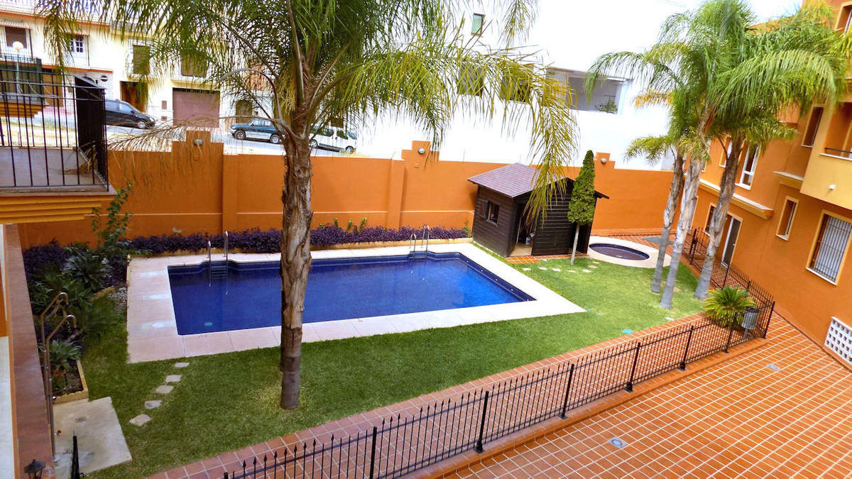 This lovely first floor 3 bedroom apartment is located just out of the centre of Alhaurin el Grande , Spain