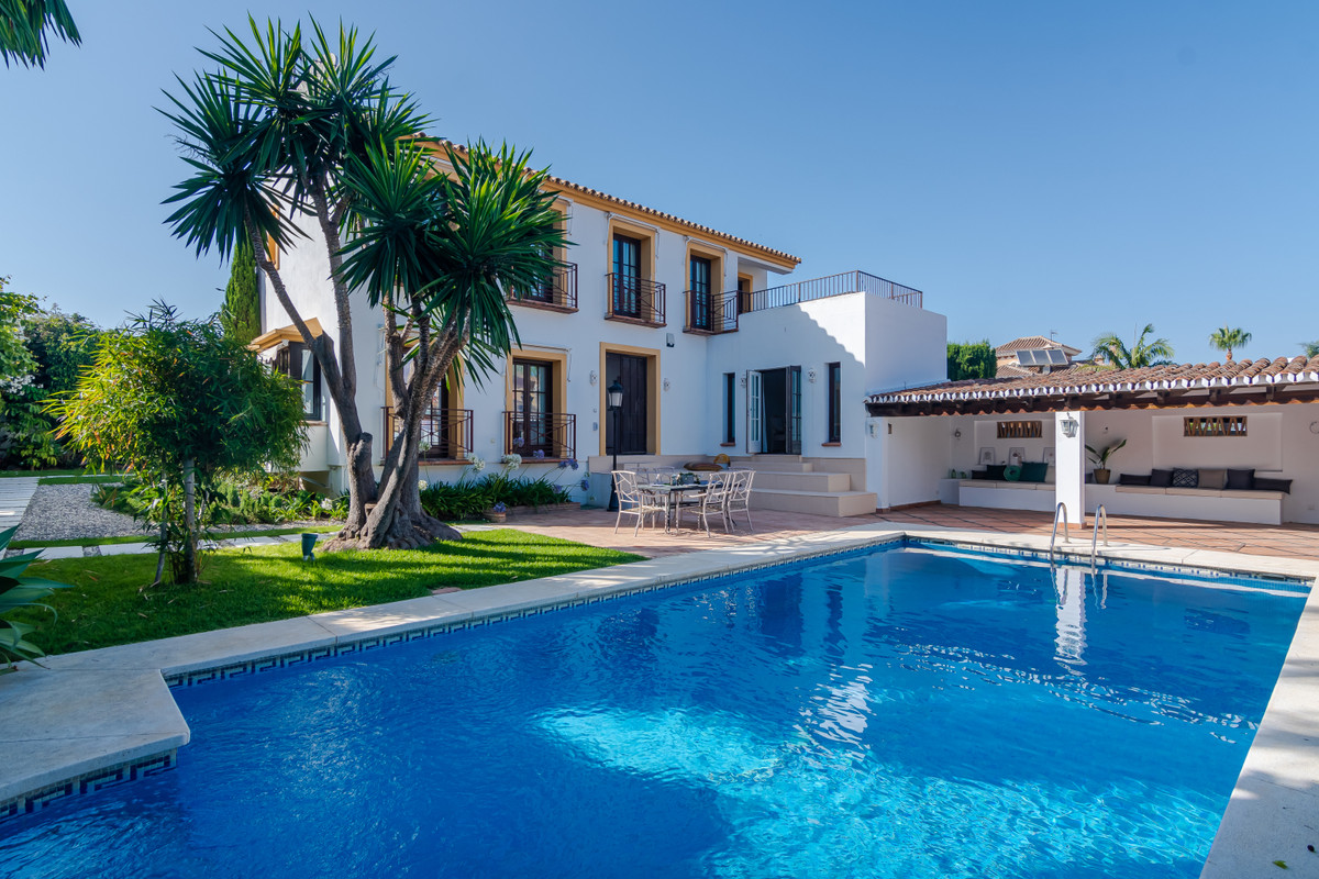 Wonderful villa a few steps from the beach and close to all communities, 5 minutes from Puerto Banus,Spain