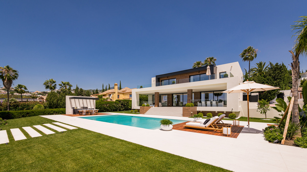 READY TO MOVE IN! The ultimate dreamhome.. Located in a privileged setting frontline Los Naranjos go,Spain