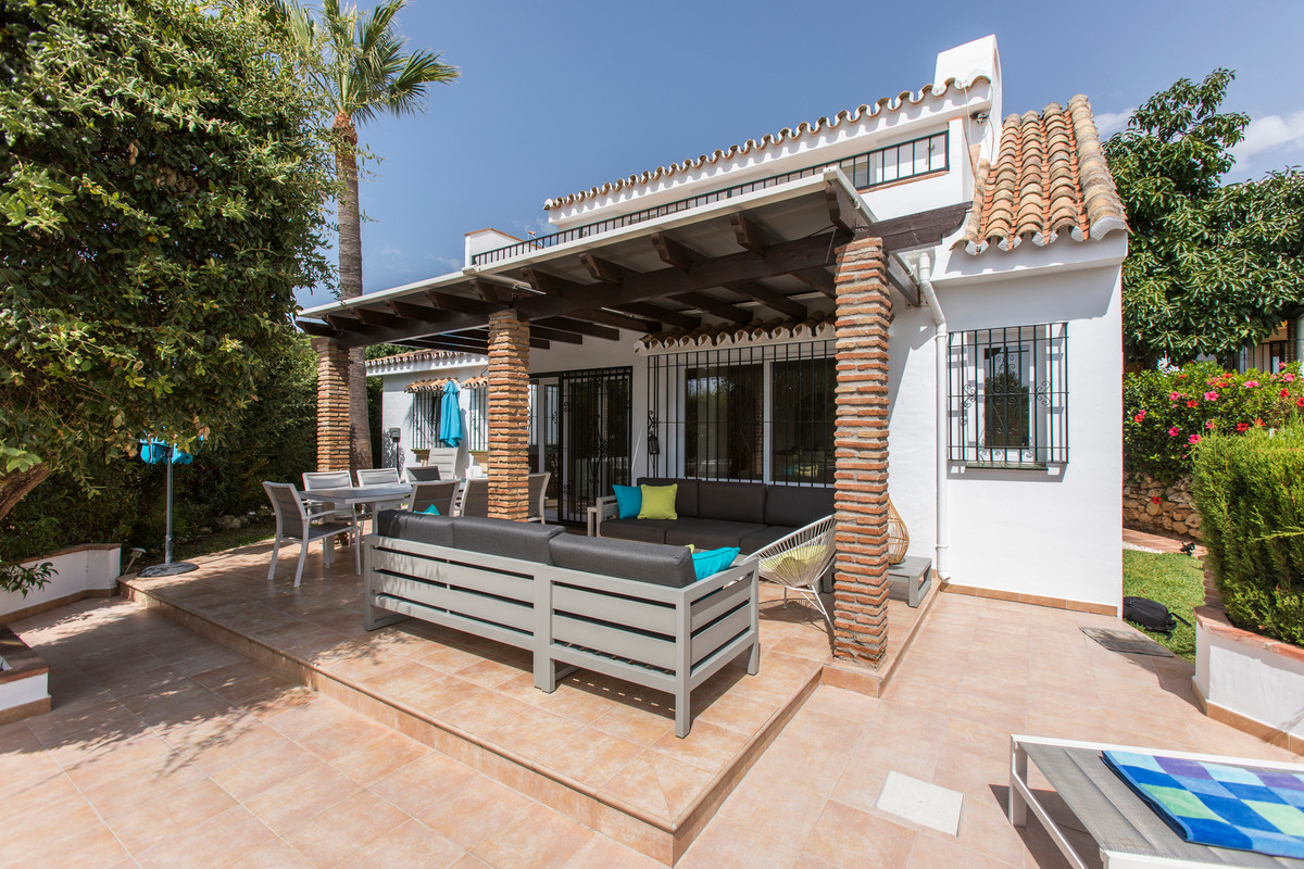 Independent charming Villa, set in a small and safe community close to all shops, restaurants and be,Spain