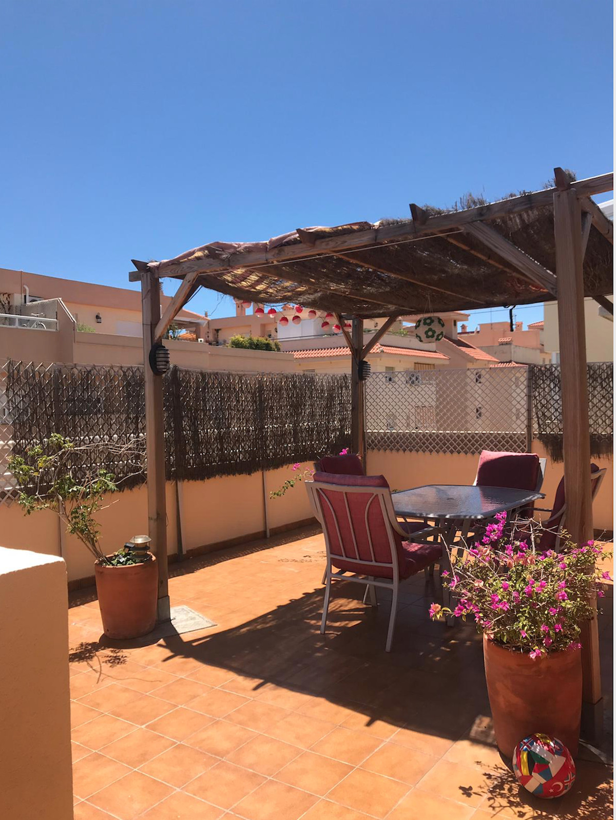 Mijas, Penthouse in the lagoon area, very large terrace in the south and separate room built in wood,Spain