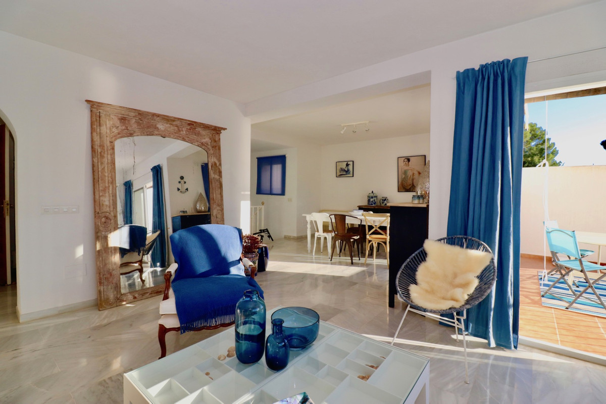 Charming Townhouse with beautiful views to the Istan lake, the sea and the mountains,  located in a ,Spain