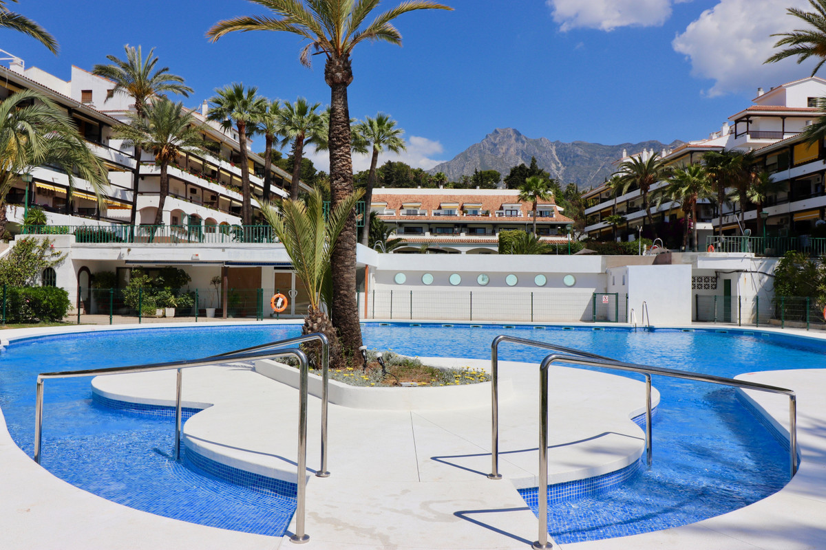 Very well located east-facing middle floor apartment situated in Milla de Oro, Nagueles, Marbella. R, Spain