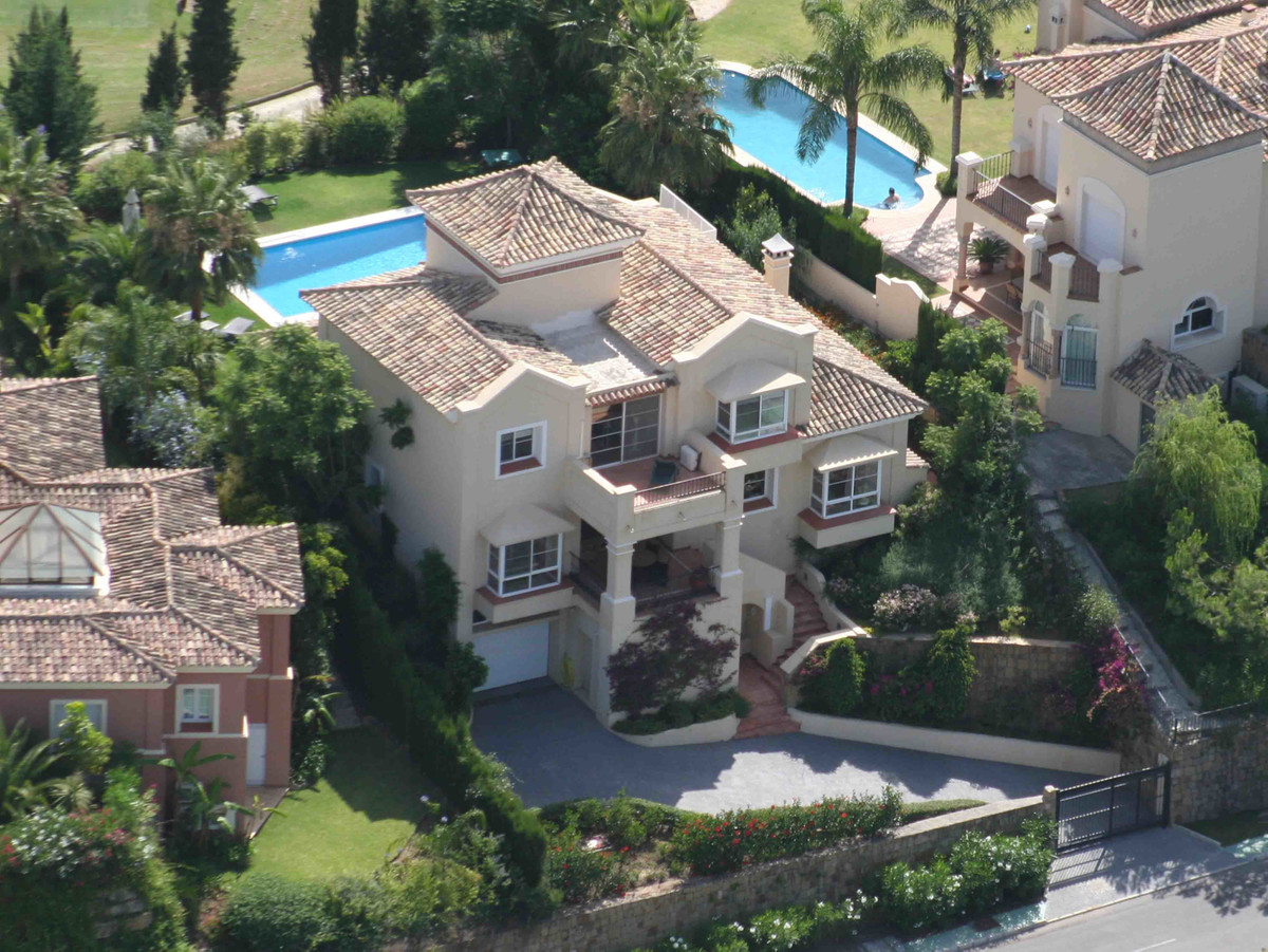 Elegant villa located on the first line of the Golf de la Quinta, 3 spacious bedrooms, 3 bathrooms a, Spain