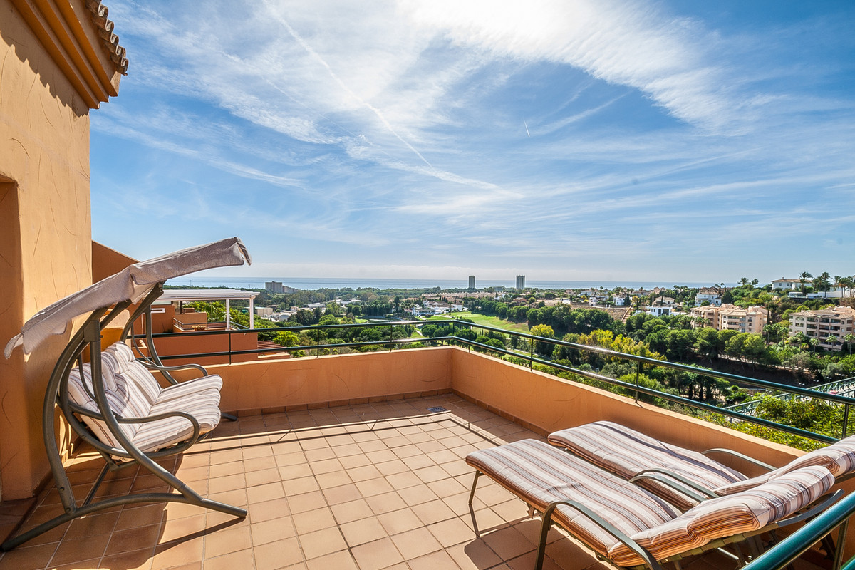 Bright and sunny penthouse with wonderful golf, sea and mountain views just around the Santa Maria G,Spain