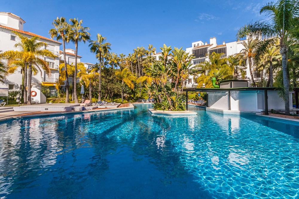 Marbella Banus Apartamento Planta Media en Venta en Elviria – R3085117