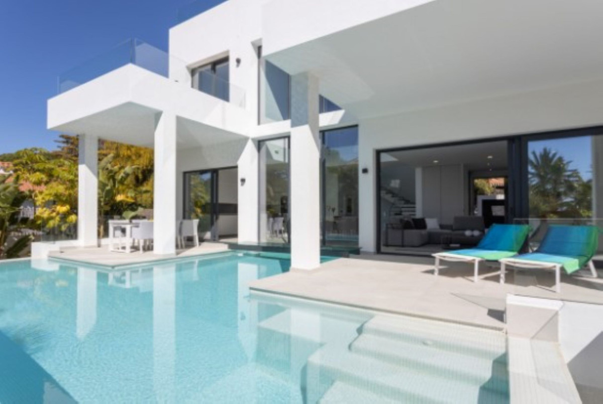 For sale modern villa in Marbella (Marbesa) with 3 levels just 300 meters from the beach. It has 5 b, Spain