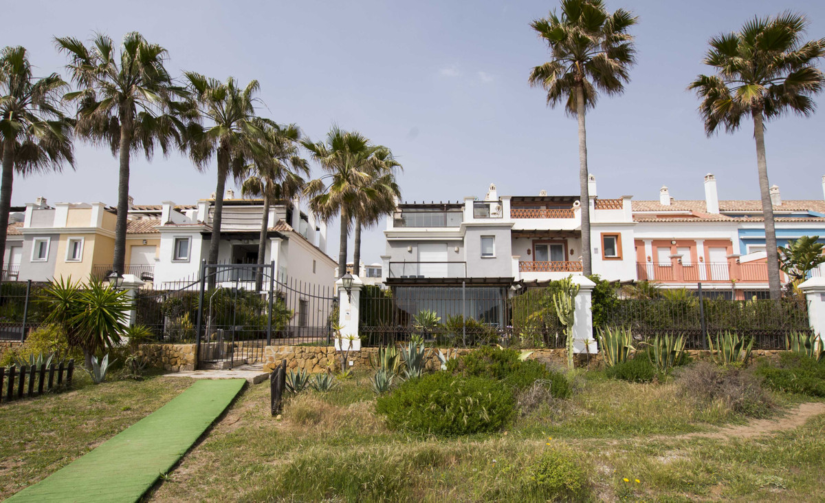 Front line! Frontal al Mar! Charming Townhouse in Bahia de Marbella, an excellent property with 320m, Spain