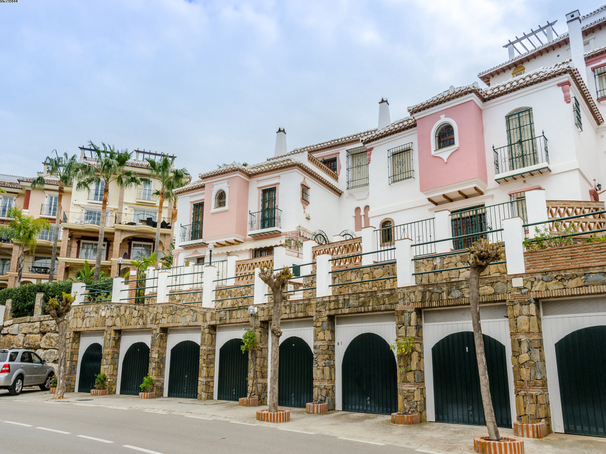 Lovely townhouse situated in Mijas Golf. The property is a great holiday rental bussiness and offers, Spain