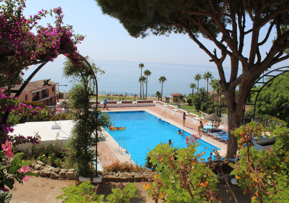 Great little location will sell this 2 bed, 2 bath beachside apartment in Calahonda. This is well pr, Spain