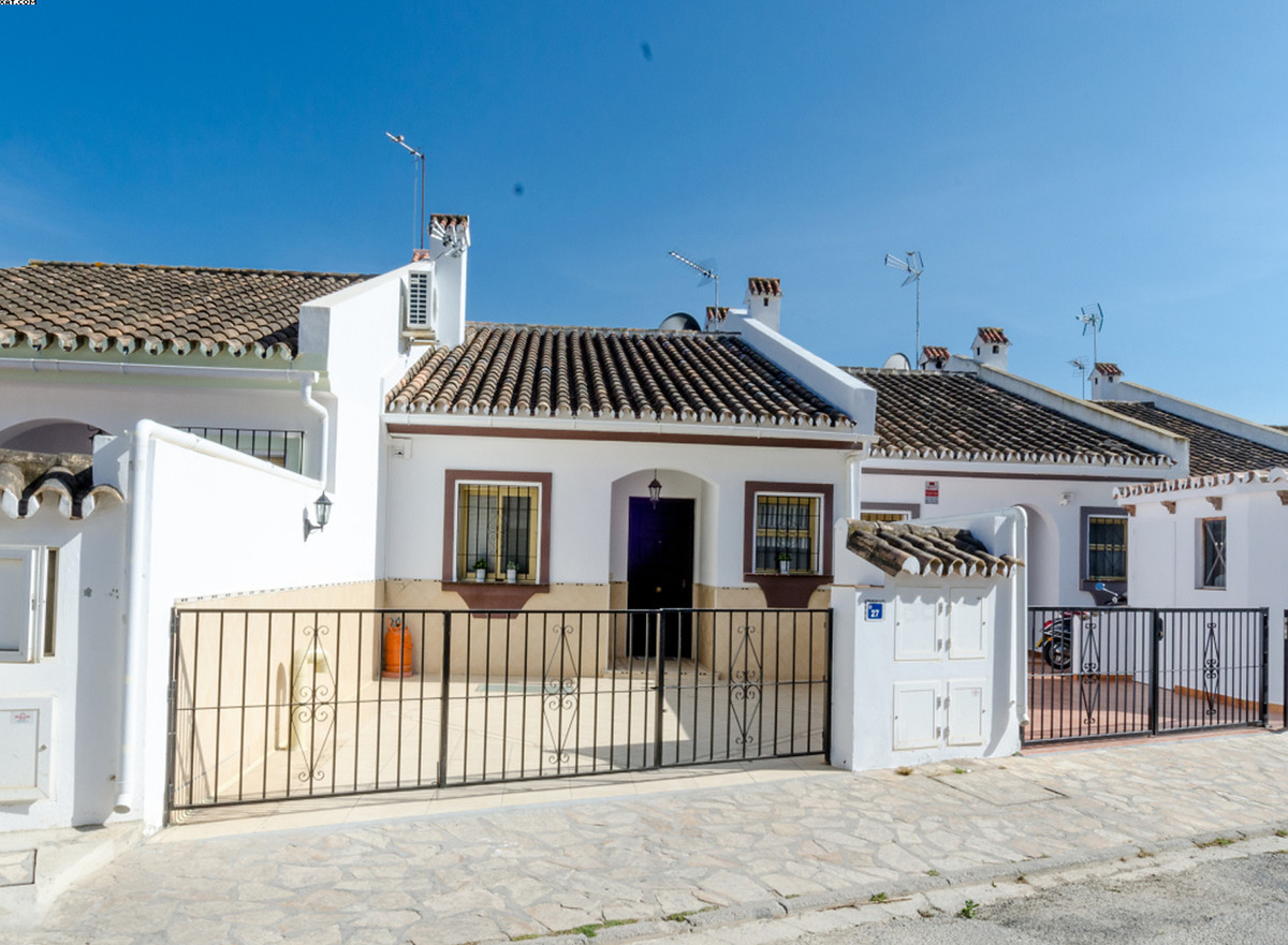 A beautiful completely renovated Townhouse located in the heart of La Sierrezuela.  This property or, Spain