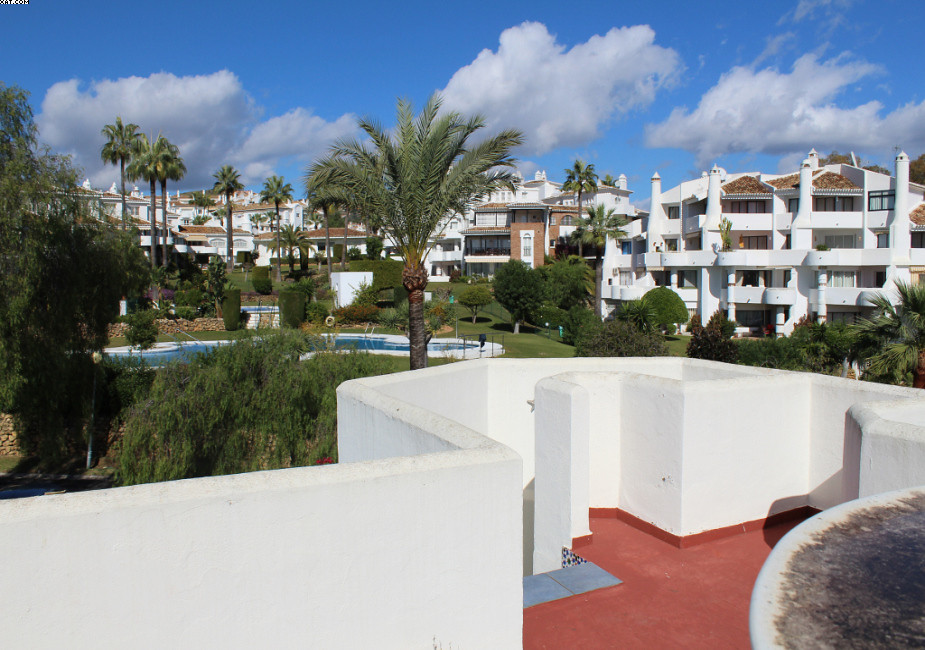 Three bedroom duplex apartment situated in the heart of Jardines de Calahonda. One bedroom on the gr, Spain