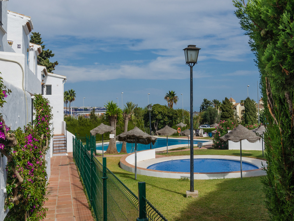 A superbly located split level apartment walking distance to La Cala de Mijas. Set in the quaint com, Spain