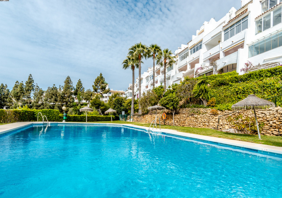 Duplex 2 bedroom, 2 bathroom apartment with stunning views. Situated at the upper level of Calahonda Spain