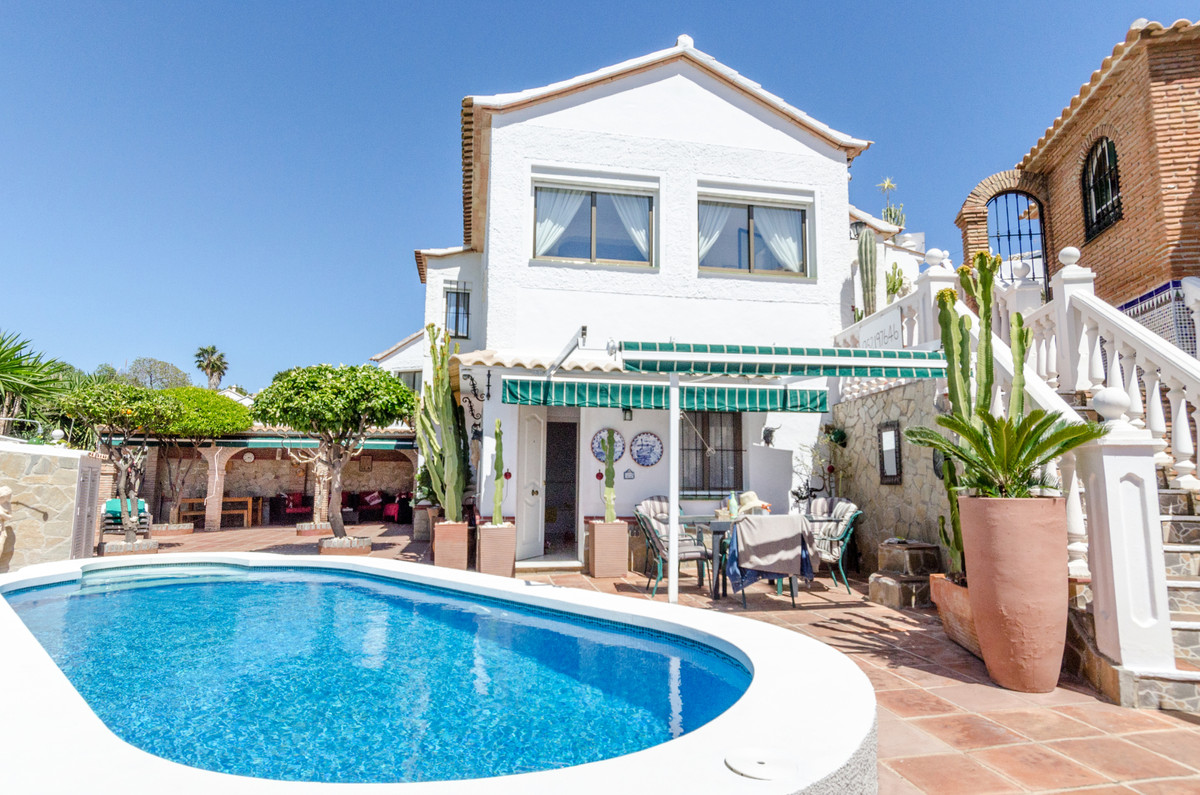***Just Reduced by €19,000***  Delightful villa situated in cul-de-sac in el Faro, only minutes&apos,Spain