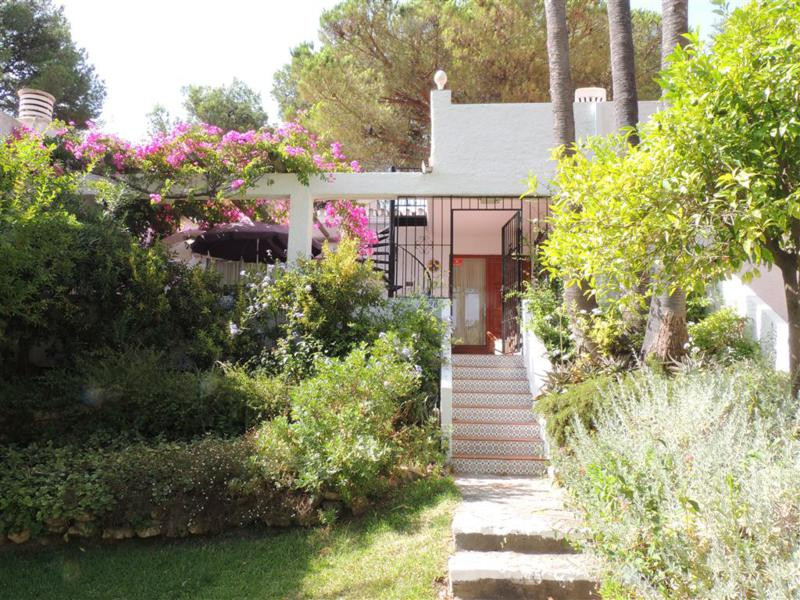Refurbished bungalow in Andalucuin style in a beautyful small holidaypark and very good holiday rent, Spain