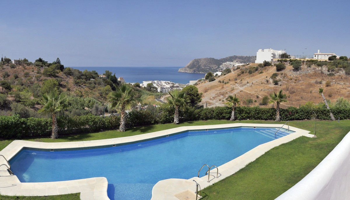 Nestling between typical coastal towns and bathed in an enviable tropical climate, this complex comp,Spain