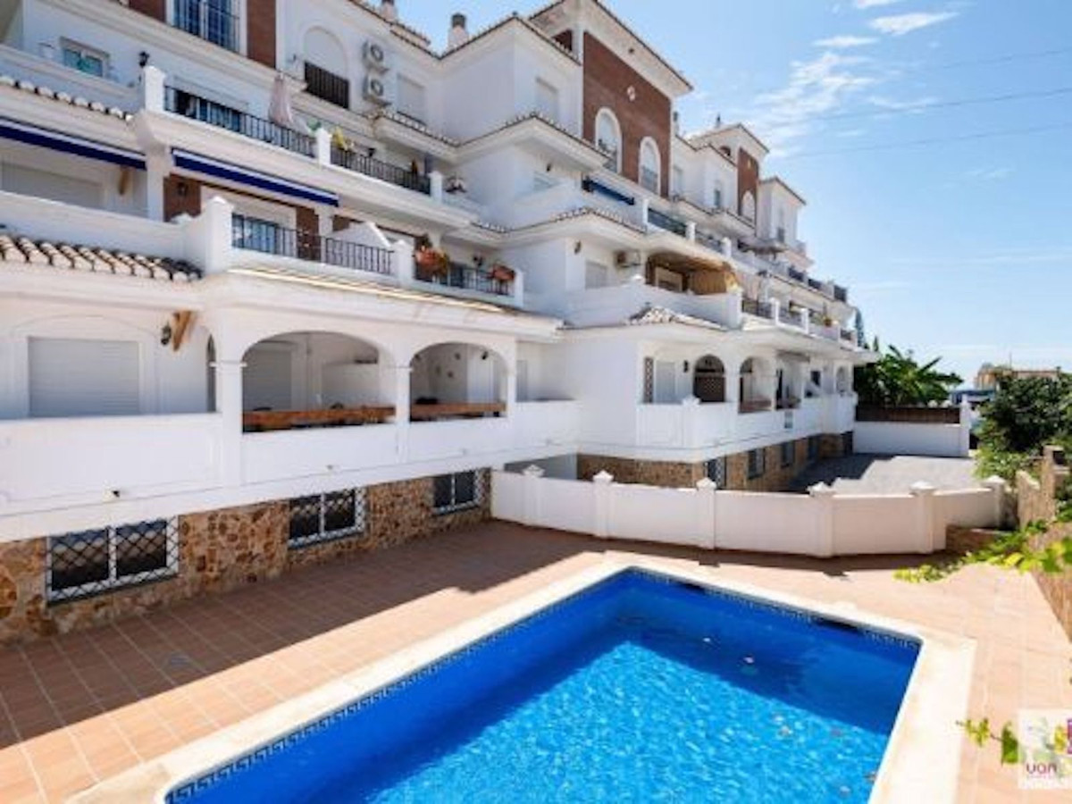 Beautiful middle floor apartment located in a quiet urbanisation on the outskirts of the east side o,Spain