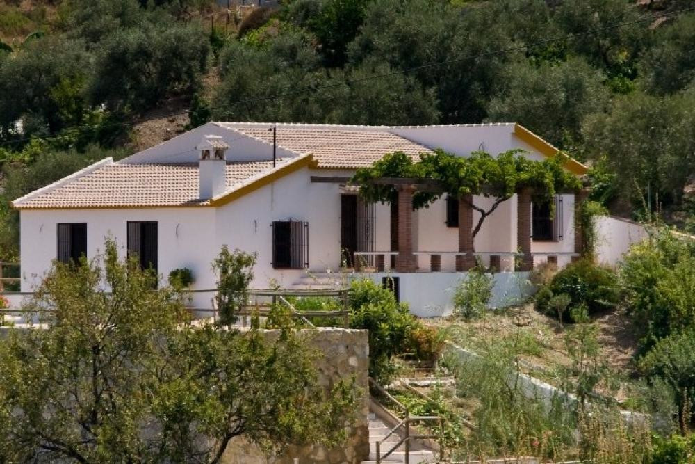 Fantastic detached villa for sale situated on the Torrox-Competa road. The property consists of 3 be Spain