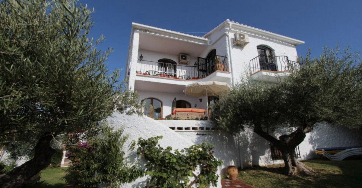 Well presented, 4 bedroom detached villa in the highly desirable area of Capistrano village. Having ,Spain