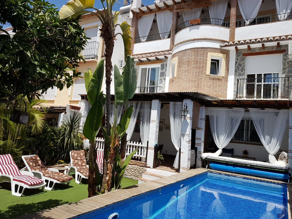 Built over three floors with 180m2, the property has three bedrooms, two en-suite, fully fitted kitc, Spain