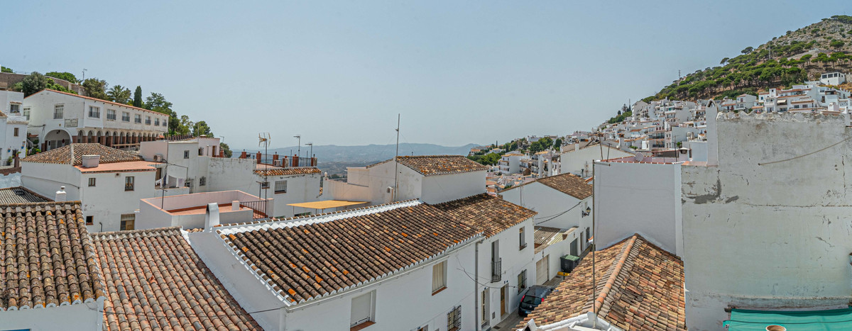 Have you ever dreamed of living in Andalucian village? Today we get to know this typical house in Mi, Spain
