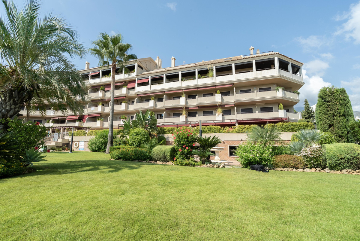 Absolutely great penthouse now for sale in very popular area Los Pacos in Fuengirola. This wonderful, Spain